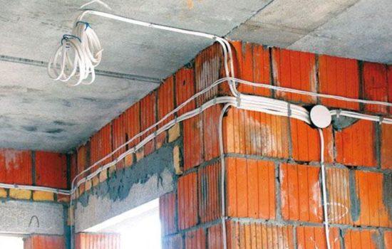 укладка проводов на кирпичной стене