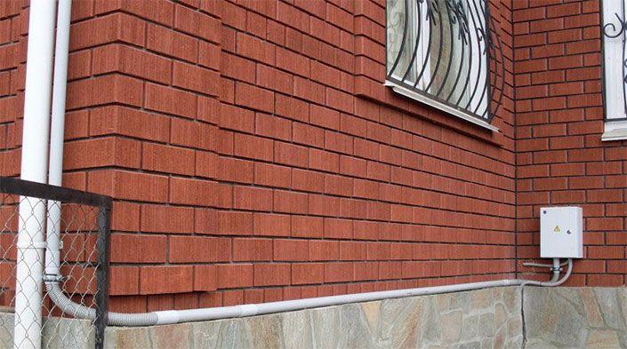 кабель проходит по фасаду здания