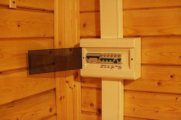 Правила и порядок устройства электропроводки в деревянном доме
