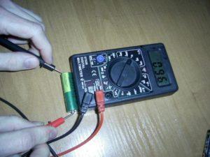 проверка напряжения батарейки