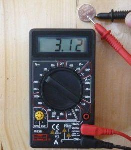 мультиметр замеряет напряжение батарейки